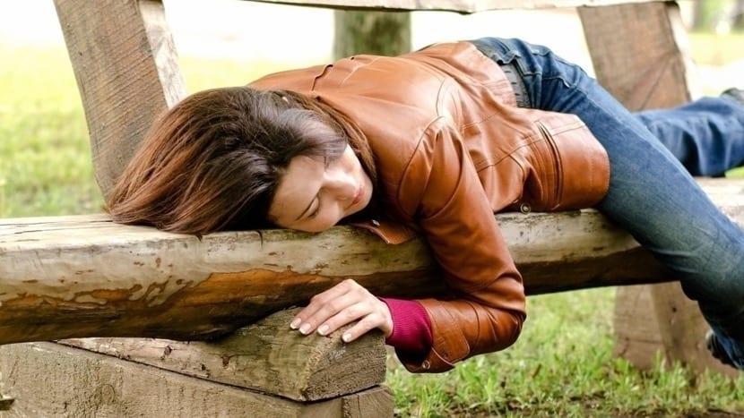 chica que se ha dormido en el parque