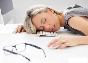 chica con narcolepsia en el trabajo