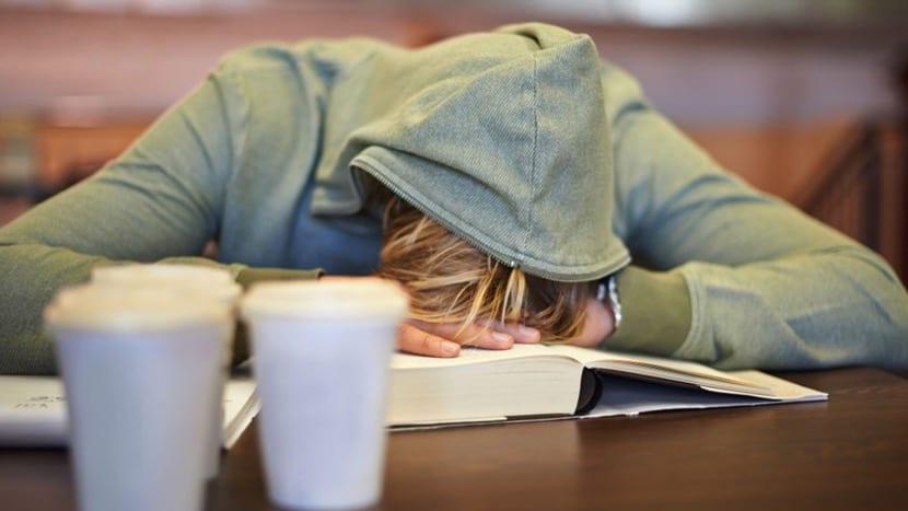 chico con narcolepsia en una cafeteria
