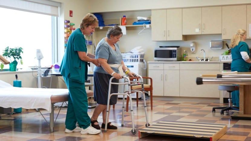 mujer rehabilitándose físicamente por terapia ocupacional