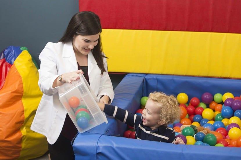terapeuta ocupacional con niños
