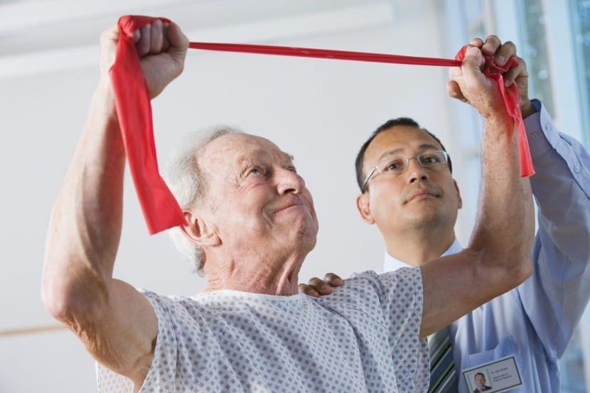 rehabilitación física en persona mayor