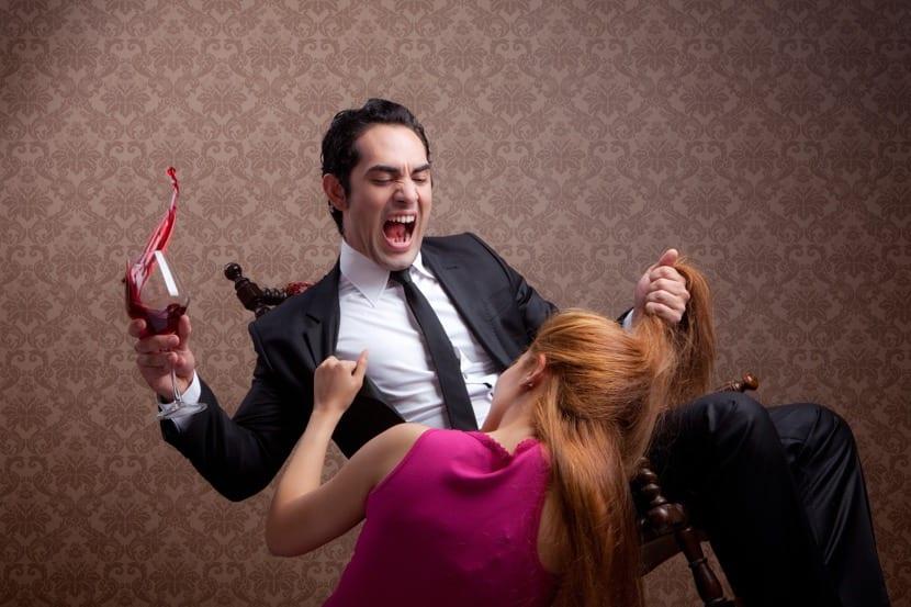 pareja luchando por culpa de los celos