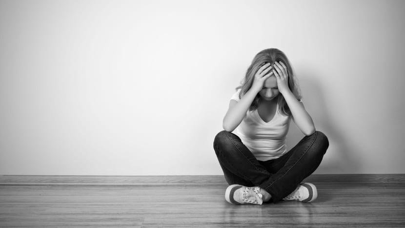 chica con depresión sentada