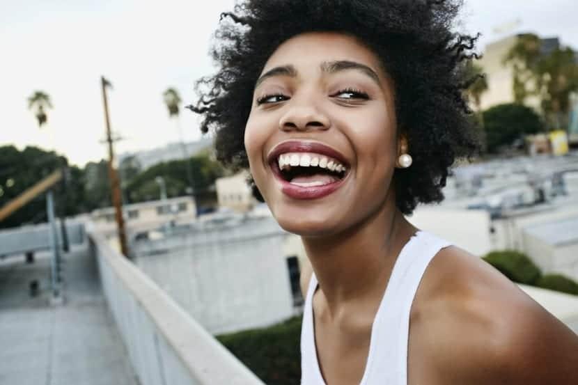 chica mostrando expresion facial contenta