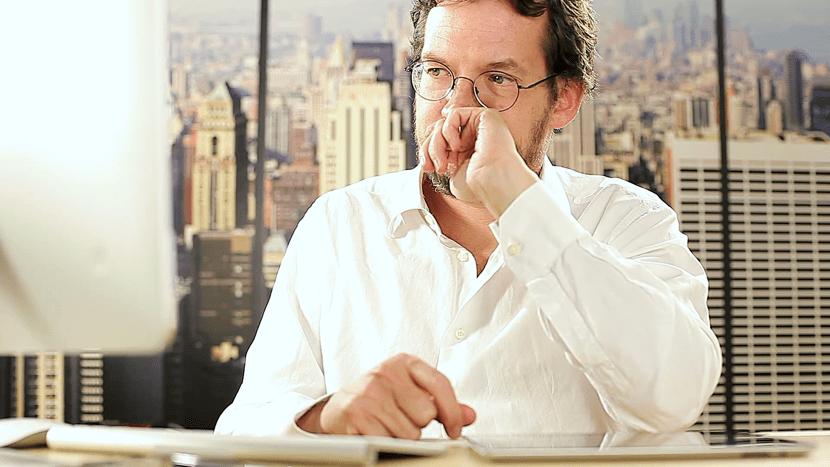 hombre frustrado en el trabajo