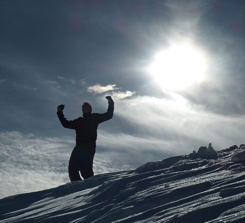 persona proactiva subiendo una montana