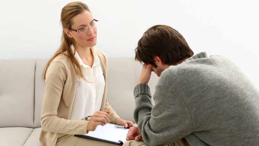 mujer atendiendo a su paciente en terapia