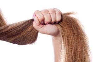 mujer estirandose del pelo