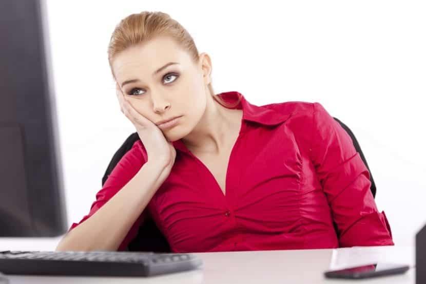 persona con apatia en el trabajo