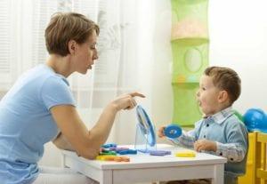 nene en sesion con logopeda para trabajar apraxia