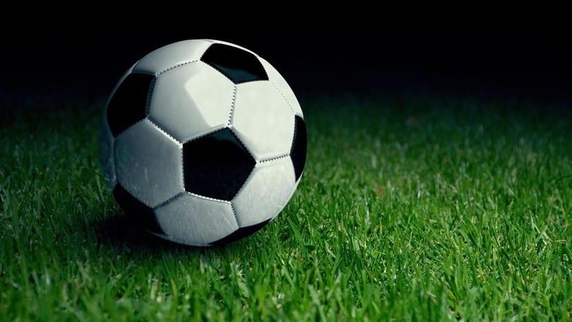 un balon de futbol en el cesped