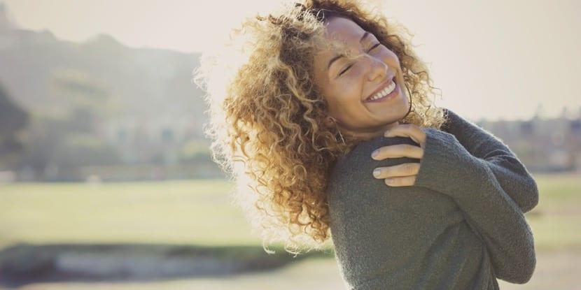 mujer feliz disfrutando de la vida