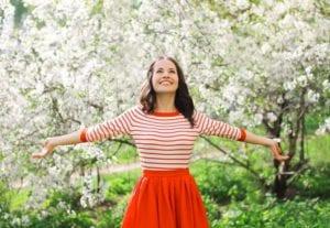 mujer con alegría y felicidad