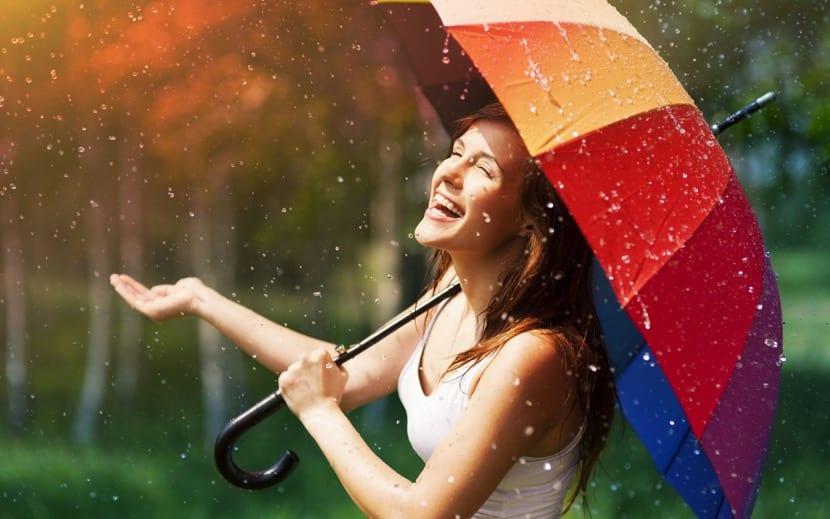 mujer feliz disfrutando de la lluvia