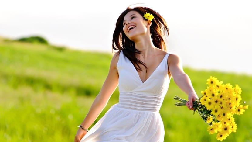 Persona feliz paseando por el campo