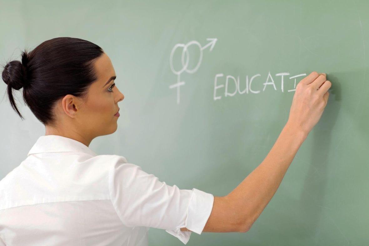 profesora enseñando educación sexual