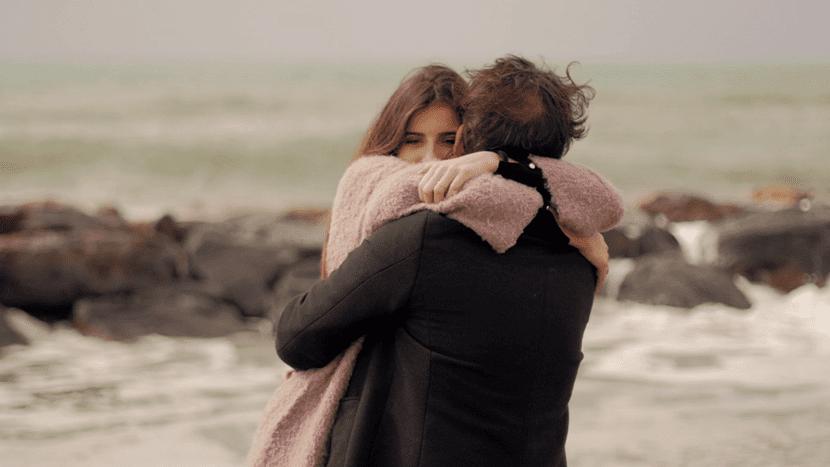 chica enamorada abrazando