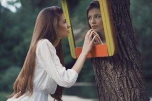 chica narcisista que se mira al espejo