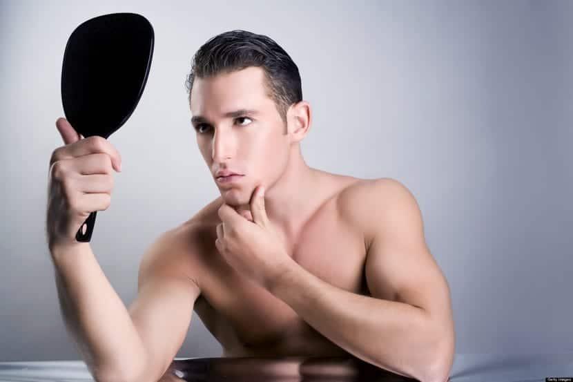 hombre narcisista mirándose al espejo