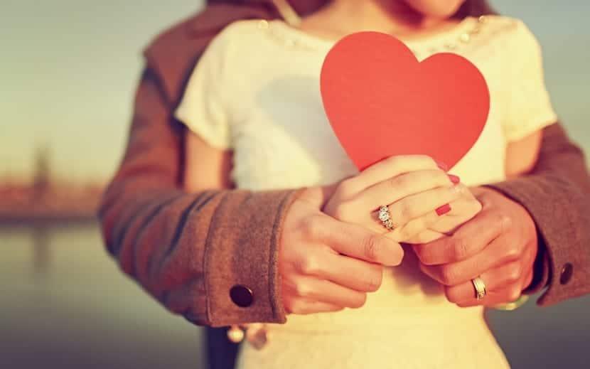 pareja enamorada sostiene corazon