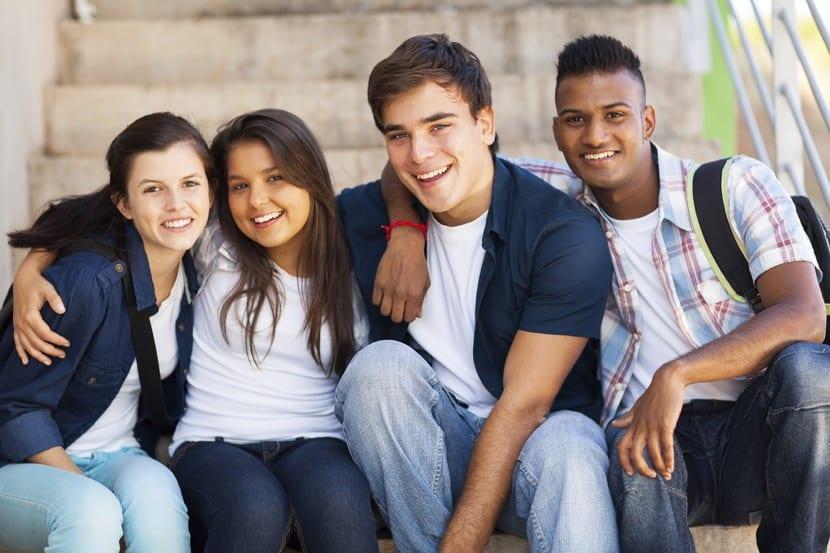 grupo de adolescentes en la escuela