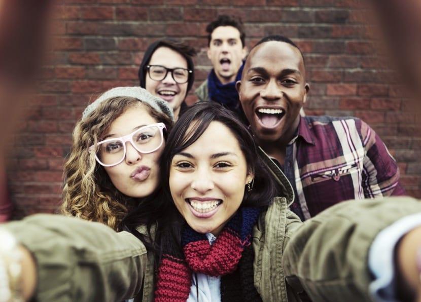 jóvenes adolescentes haciendose una foto