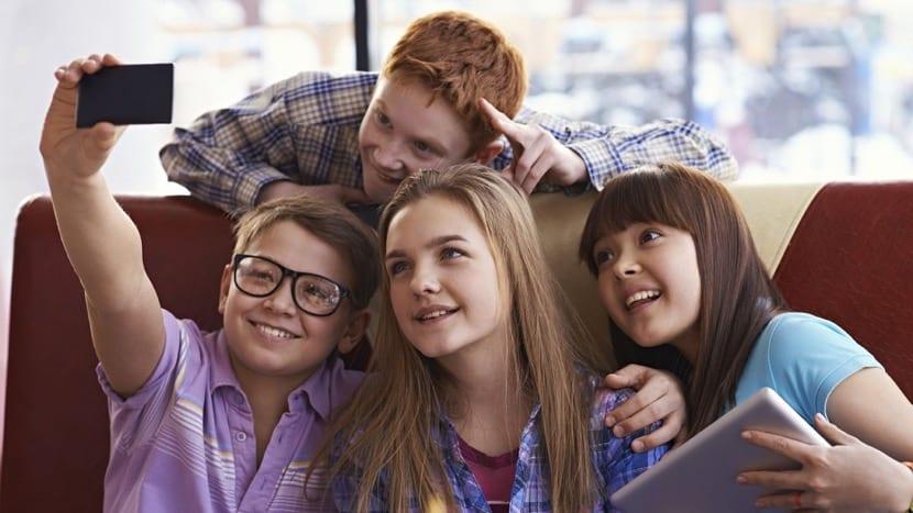 pre adolescentes haciendose un selfie