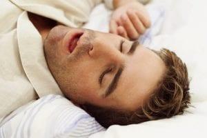 chico joven con apnea del sueño