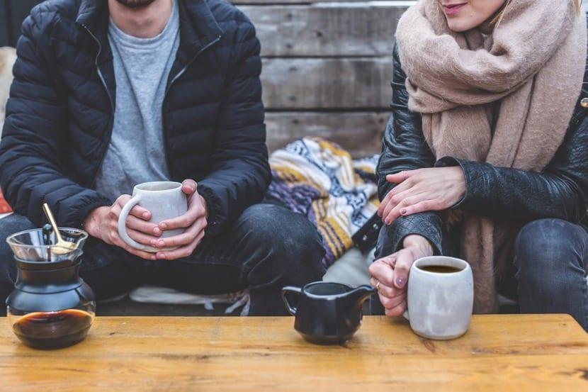 amigos y habilidades sociales tomando cafe
