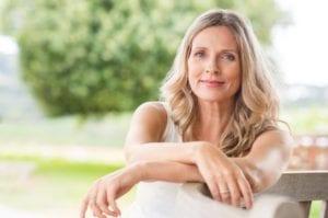 mujer de mediana edad con menopausia