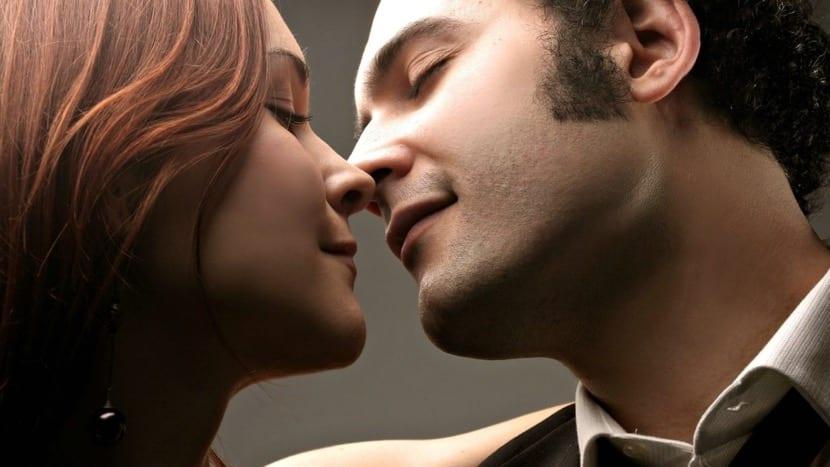 pareja que se va a besar