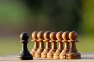 prejuicios simbolico con figuras de ajedrez
