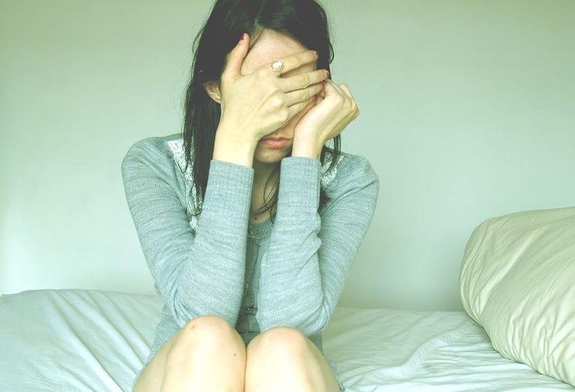 chica triste en su cama