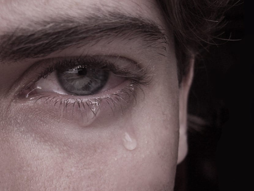 ojo de chico llorando por tristeza