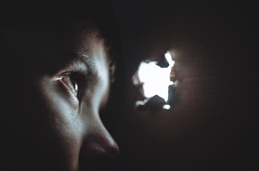 curiosidad mirar por un agujero