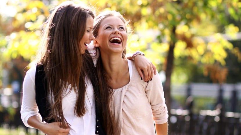 amigas extrovertidas