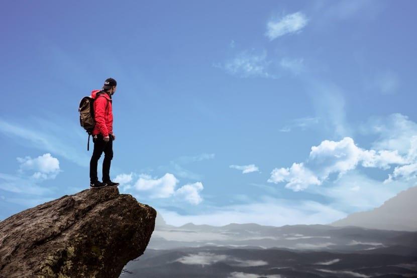 persona de exito en la montaña