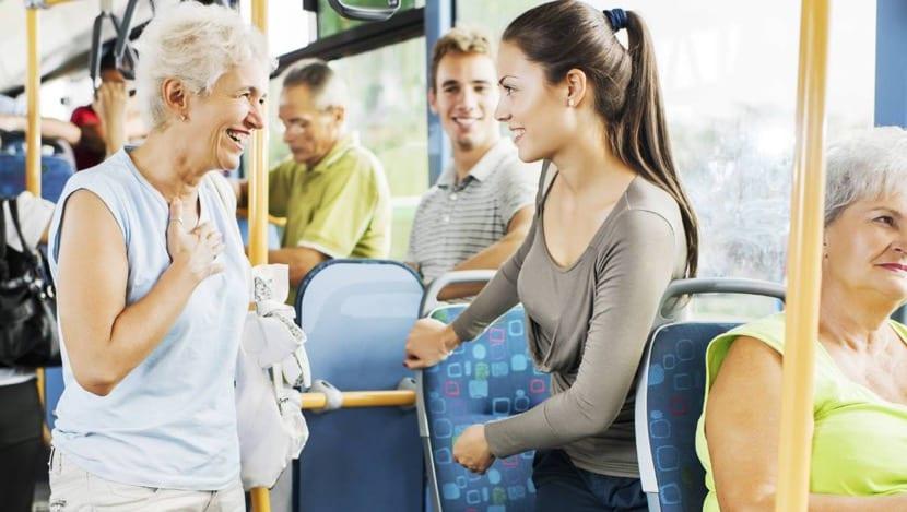 personas que se respetan en el autobus