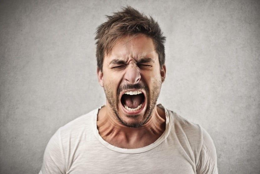 chico irascible que grita
