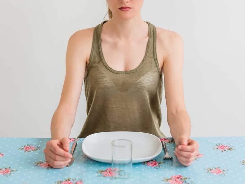mujer con anorexia que no quiere comer