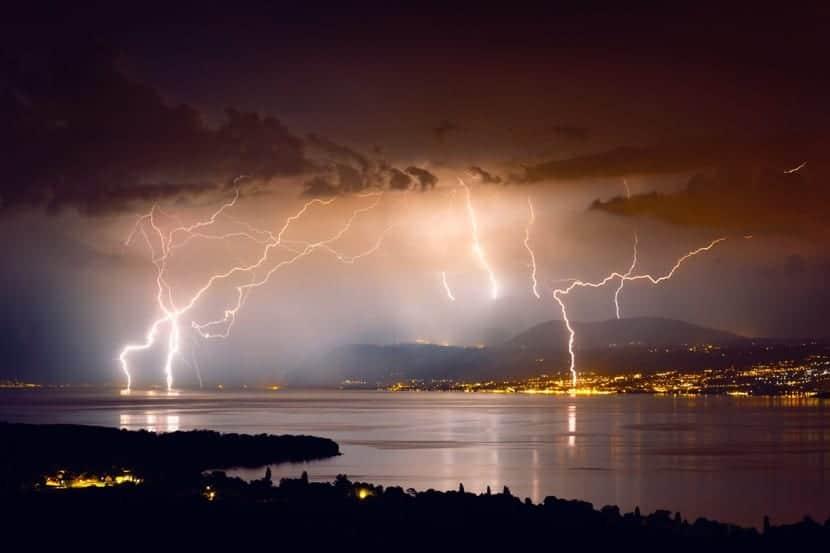 mucha tormenta con rayos