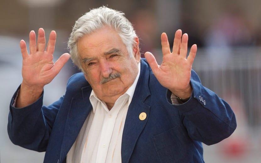 pepe mujica saludando