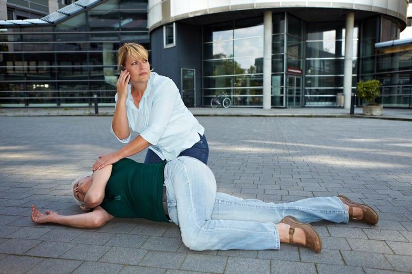 mujer que pide ayuda por síncope