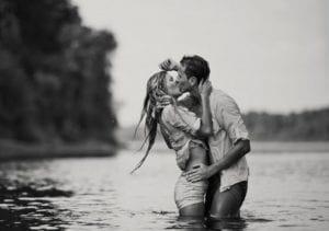 amantes besandose