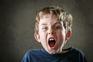 niño con mucha agresividad infantil