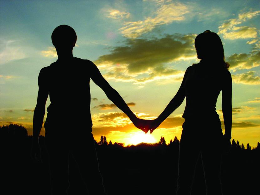 amor en pareja que se cogen en la mano