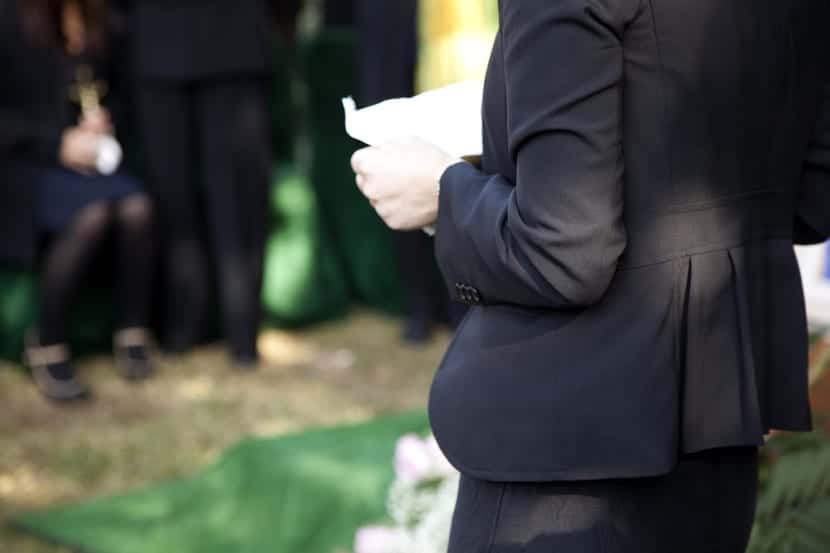 dar el pesame en un entierro
