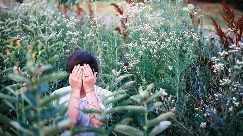 chica timida entre planta