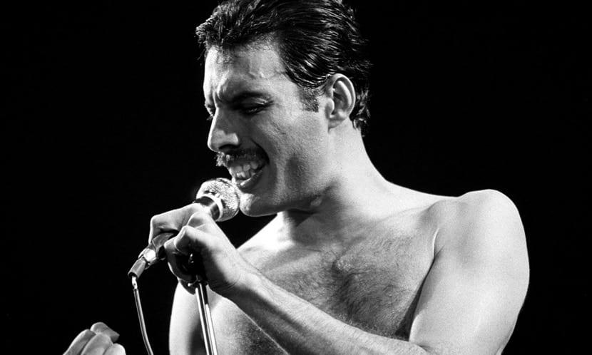freddy mercuri cantando en blanco y negro